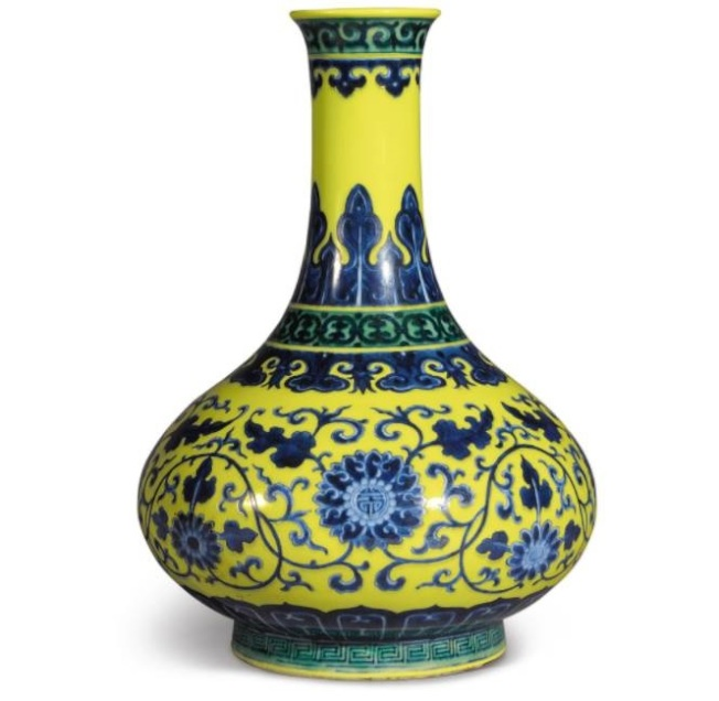 紐約蘇富比清乾隆「黃地綠彩青花纏枝花卉紋荸薺瓶」,被行家稱為「絕世孤品」,預估價6萬至八萬元,總成交價111萬6500元。(紐約蘇富比提供)