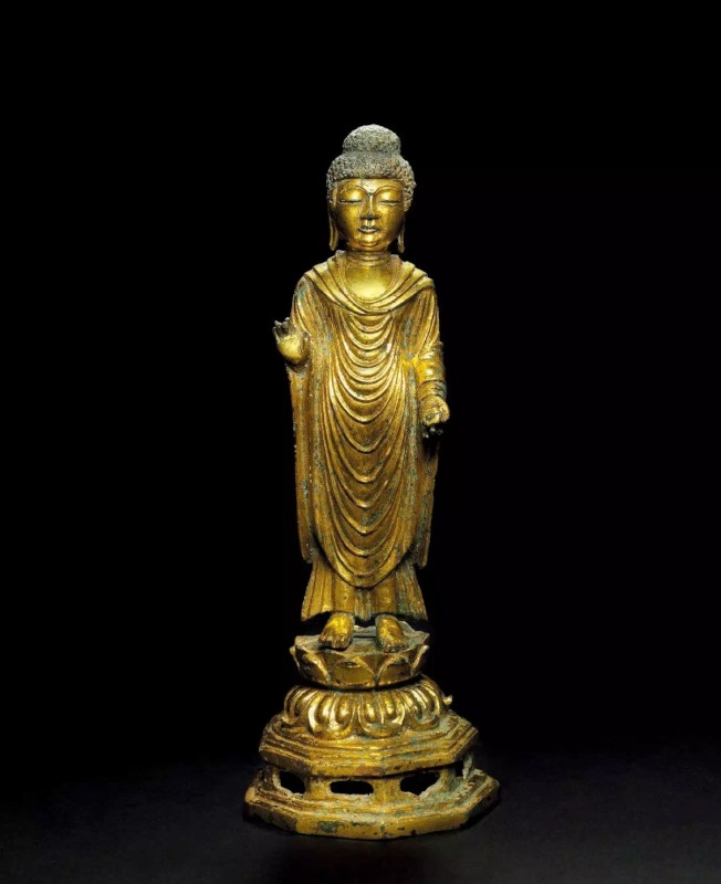佳士得14日舉行「觀悟正道—日本珍藏早期佛教藝術」專場拍賣,焦點拍品是朝鮮統一新羅時代 「鎏金銅佛立像」,預估價8萬至12萬元,引發場內外眾多藏家激烈競投,最終以高達數倍的73萬2500元成交。(記者曾慧燕/攝影)
