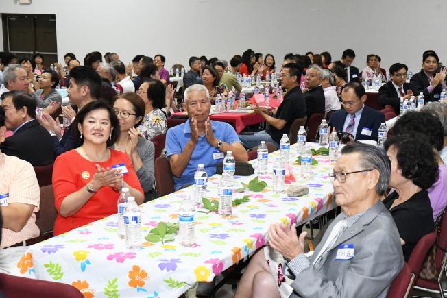 各社團領袖及僑胞踴躍出席歡送茶會。