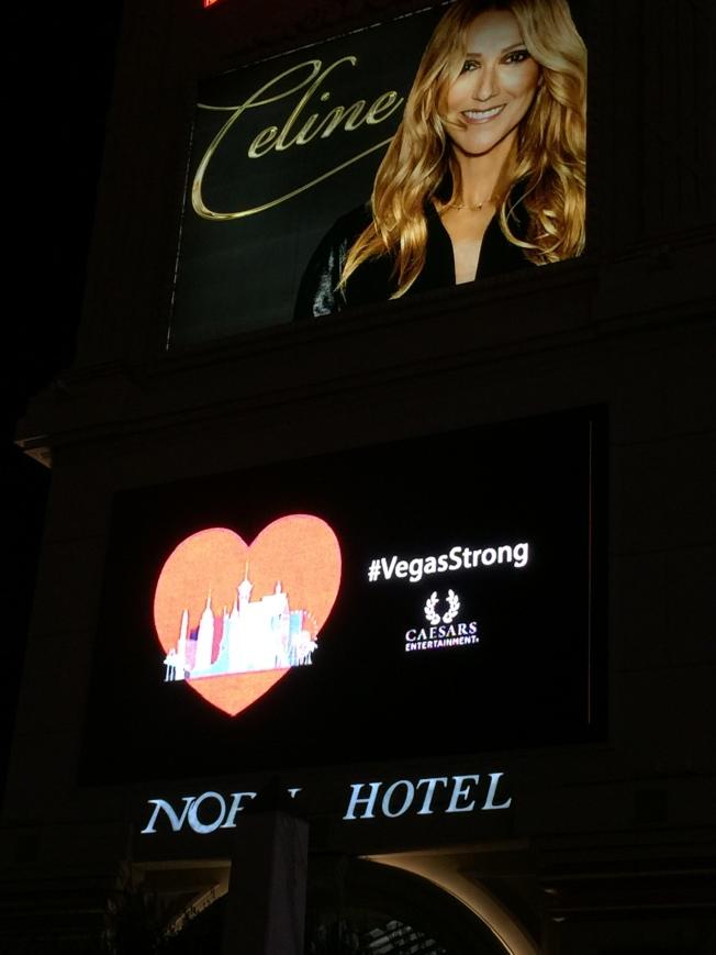 凱撒宮位於賭城大道上的巨幅看板打出一個「心」旁邊是「Vegas Strong」。(記者馮鳴台/攝影)
