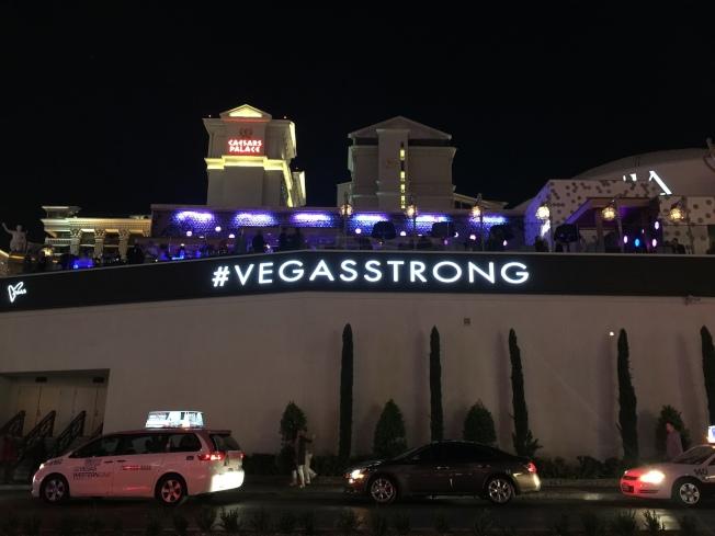 賭城大道上出現「Vegas Strong」新口號。(記者馮鳴台/攝影)