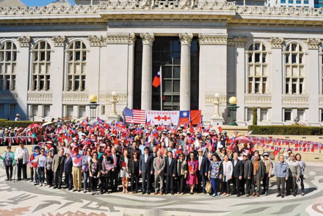慶祝中華民國雙十國慶升旗典禮6日在屋崙市府小川廣場舉行,數百民眾參加。(記者劉先進/攝影)