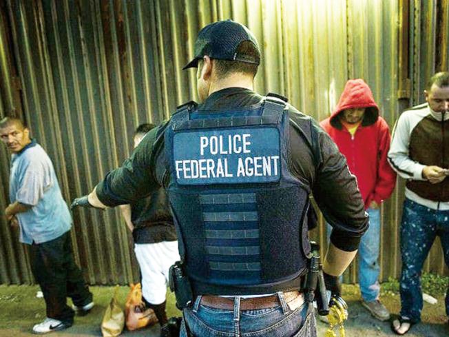聯邦移民與海關執法局6日對加州宣戰,在加州民主黨人主導通過「庇護州」SB54法案,聯邦為了報復,將在加州的住宅區與工作場所,展開大規模搜捕非法移民行動。(ICE提供)