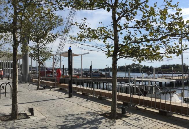 舊碼頭改頭換面,煥然一新!圖是新建濱河木板步道。(特派員許惠敏/攝影)