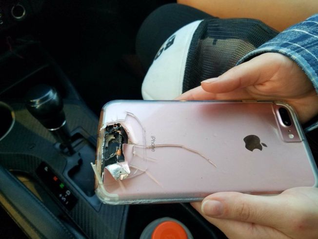 iPhone能防彈?美國拉斯維加斯槍擊案中,有果粉因為iPhone手機成功阻擋子彈,撿回一條命。(圖取自推特)
