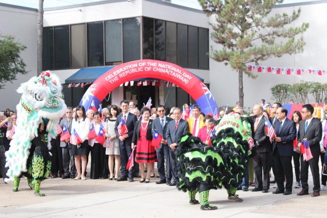 休士頓雙十國慶籌備會7日上午於華僑文教服務中心前廣場舉辦「國慶升旗典禮」。(記者郭宗岳/攝影)