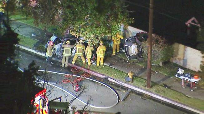 一輛銀色寶馬340i因為飆車失控,撞上燈柱和大樹,車上四名男女青年全部當場遇難。(KABC截圖)