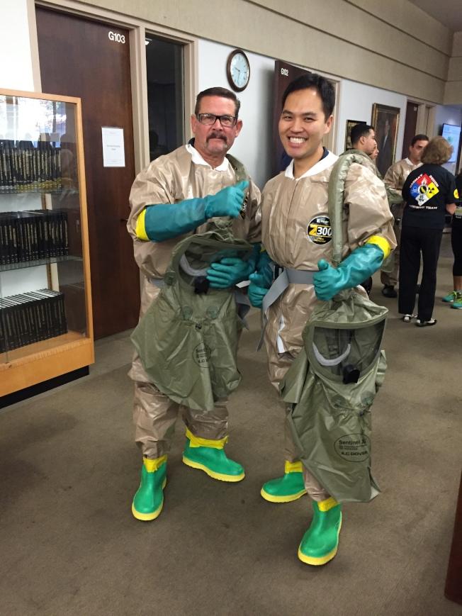 魏宏恩(右)與服務單位正從事災難演習。(魏宏恩提供)