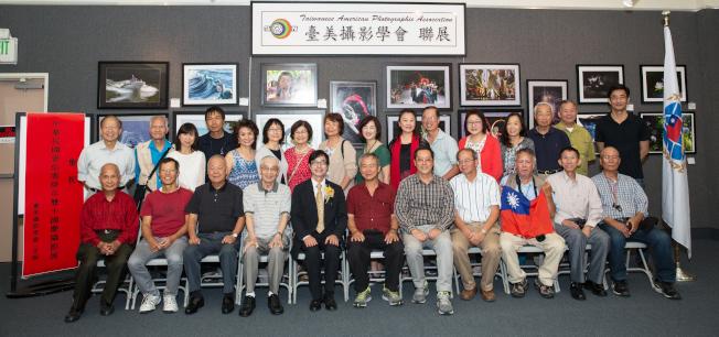 台美攝影學會會員團體照。前排左五為洛僑中心主任翁桂堂,左二為副會長Dennis,右二為前會長張武義。(台美攝影學會提供)