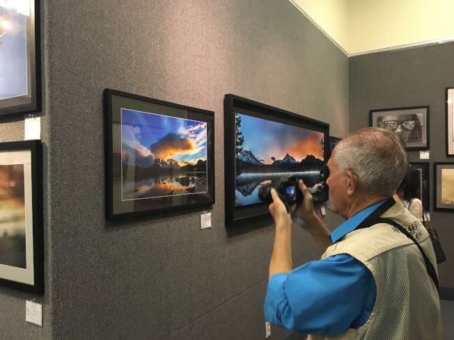 台美攝影學會7日在洛僑中心舉辦攝影聯展。(記者王若然/攝影)