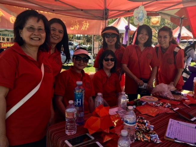 核桃市華人協會在家庭歡樂節上教民眾做紅燈籠。(記者楊青/攝影)