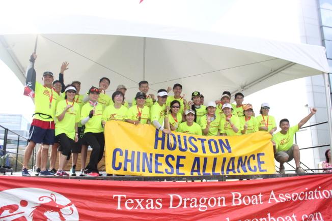 休士頓華裔聯盟龍舟隊接受第一名頒獎時的喜悅合影。(記者郭宗岳/攝影)