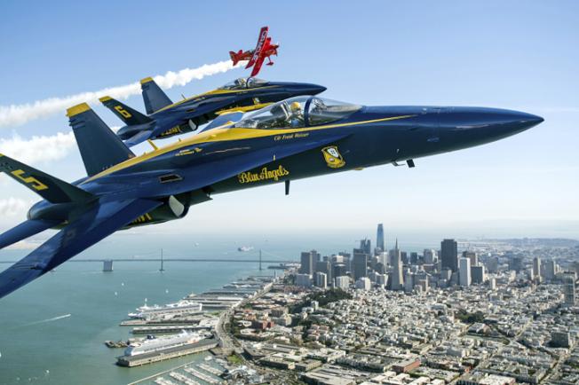 藍天使在金山灣上空表演。(美聯社)