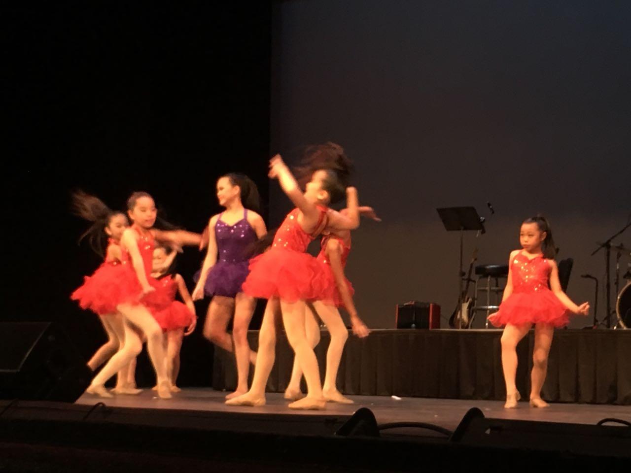 Sabrina和小朋友們帶來舞蹈表演。(記者王若然/攝影)