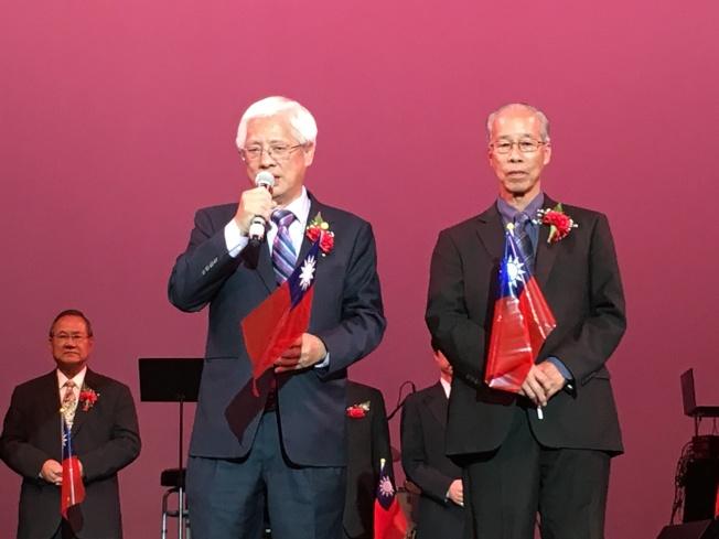 中華會館共同主席方杰州(左)、馬培道在雙十國慶綜藝晚會前發表講話。(記者王若然/攝影)