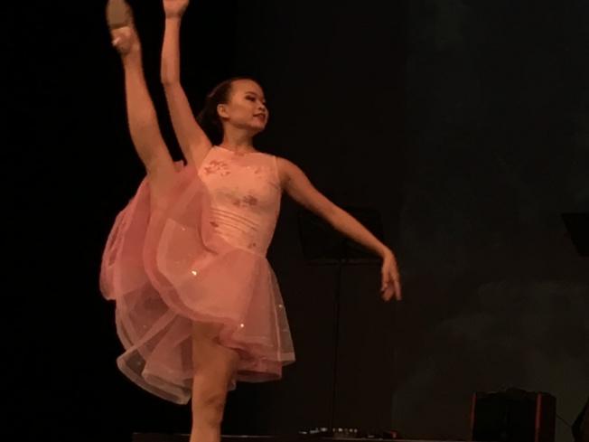 雙十國慶綜藝晚會上Sabrina表演芭蕾舞。(記者王若然/攝影)
