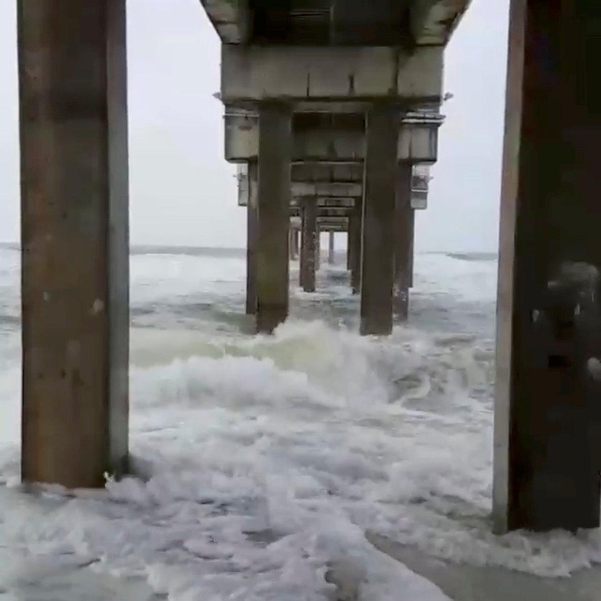 颶風內特來襲前,阿拉巴馬州橘灘已見巨浪。(路透)