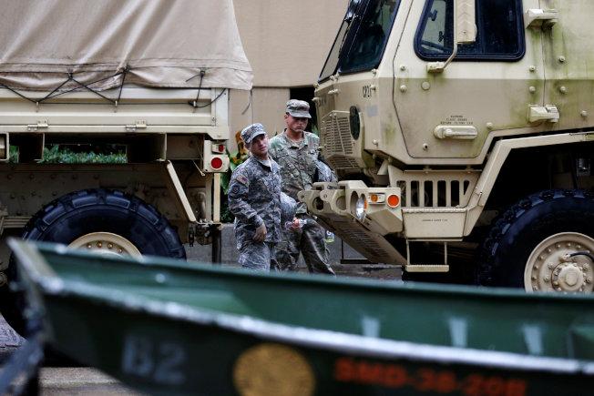 颶風內特來襲前,國民兵攜帶救災裝備,準備迎接狂風暴雨。(Getty Images)