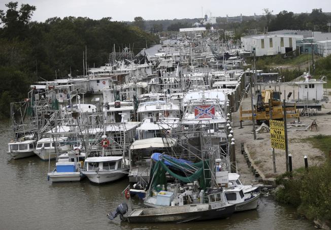 路易斯安納州運河擠滿避風的船隻。(美聯社)