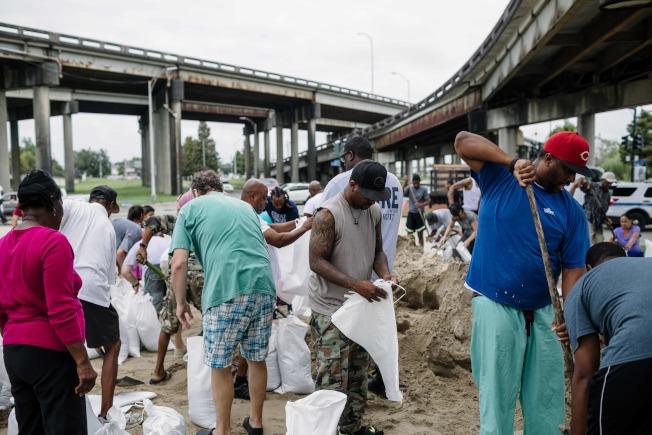 紐奧良居民忙著裝砂包準備對抗洪水。(Getty Images)
