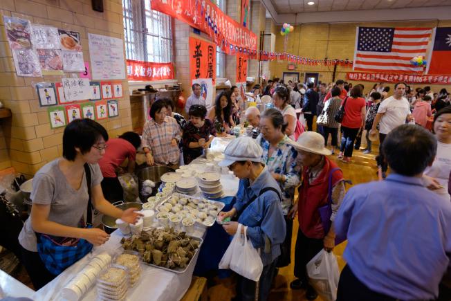 皇后區雙十國慶園遊會美食區可謂台灣小吃大集合。(記者朱澤人/攝影)