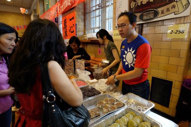 「台灣客家小吃」帶來客家草仔粿與碗粿。(記者朱澤人/攝影)
