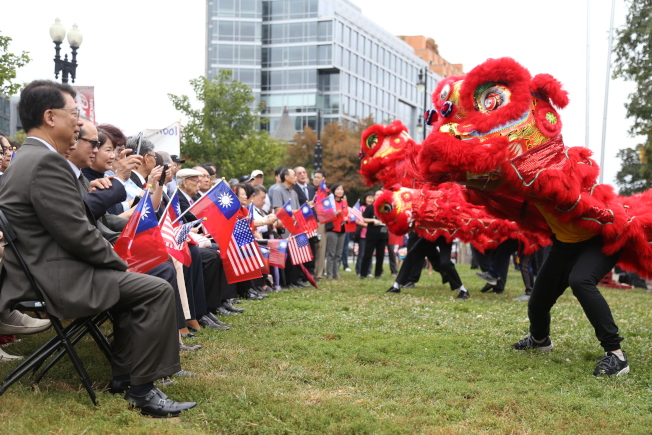 為慶祝中華民國106年雙十國慶,大華府僑界8日上午在中國城公園舉行一年一度的升旗典禮。美京華裔青年社舞獅開場。(記者羅曉媛/攝影)