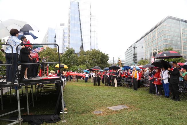 為慶祝中華民國106年雙十國慶,大華府僑界8日上午在中國城公園舉行一年一度的升旗典禮。現場200多名僑胞冒雨揮舞中華民國國旗、齊唱愛國歌曲,並高喊「中華民國萬歲」。(記者羅曉媛/攝影)