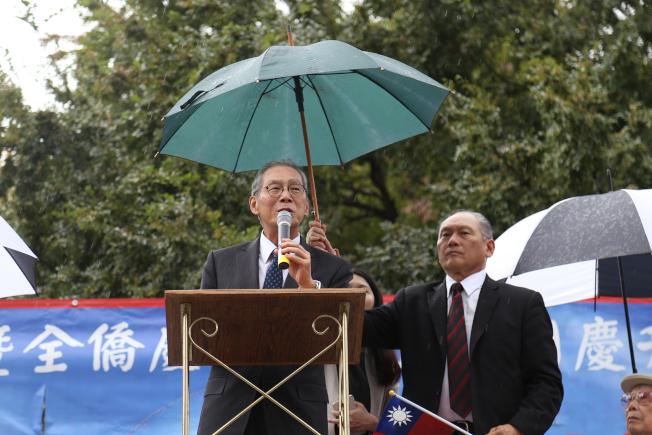 為慶祝中華民國106年雙十國慶,大華府僑界8日上午在中國城公園舉行一年一度的升旗典禮。中華民國駐美代表高碩泰致詞。(記者羅曉媛/攝影)