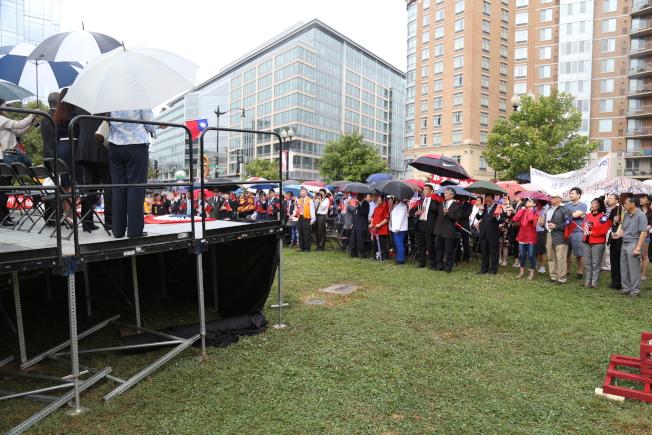 為慶祝中華民國106年雙十國慶,大華府僑界8日上午在中國城公園舉行一年一度的升旗典禮。現場200多名僑胞冒雨揮舞中華民國國旗、齊唱愛國歌曲,並高喊「中華民國萬歲」。