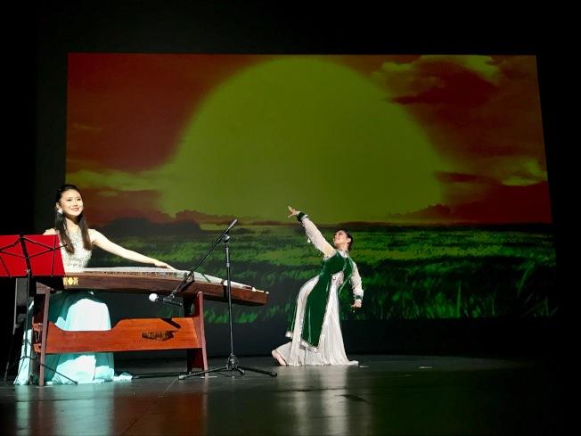劉津溢(左)彈奏古箏經典曲目「鴻雁」。(記者黃少華/攝影)