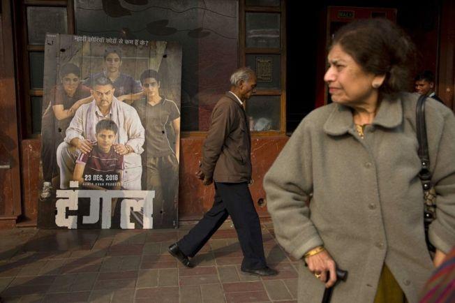 印度首都新德里街頭,擺著大型寶萊塢電影《我和我的冠軍女兒》宣傳立牌。 (美聯社)