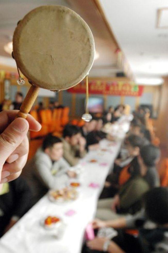 青島一家酒店舉辦「8分鐘約會」相親活動,參加男女隨著鼓聲,每隔8分鐘換一個交談對象。 (新華社)