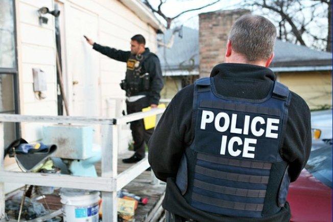 ICE移民警察執行無證移民拘捕、遣返任務,白宮表示,全美將增僱萬名移民官,落實移民法。(ICE)