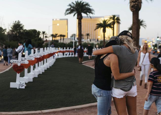 拉斯維加斯的幾位富豪已捐贈逾千萬元給賭城屠殺案的受害者,其中華裔網路鞋王謝家華也共襄盛舉,捐助100萬元。圖為拉斯維加斯入口處豎立了58個十字架,以悼念罹難者。(美聯社)