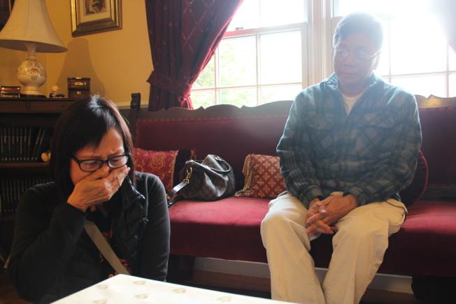 何美施(左)提到自己的房子已經燒成灰燼,不禁失聲痛哭。(記者李晗 / 攝影)