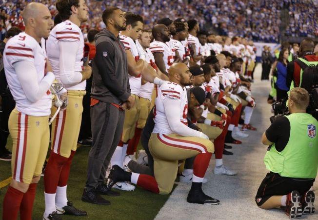 美式足球聯盟印城小馬隊8日在主場印第安納波里斯迎戰客隊舊金山49人隊,奏國歌時,印城小馬隊球員手挽著手站著,但有超過20名舊金山49人隊球員再度跪地,當時在場的美國副總統潘斯離場。(美聯社)
