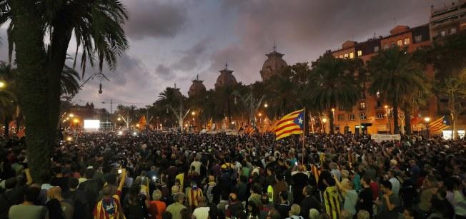 成千上萬的加泰隆尼亞人民10日在戶外專心聆聽加泰隆尼亞自治區主席普伊格蒙特的演講,暫停獨立。(歐新社)