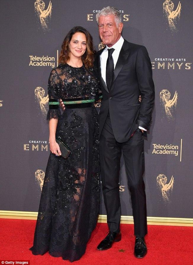 CNN著名美食探險家Anthony Bourdain(右),對明星女朋友愛莎阿根托(左)挺身而出指控溫斯坦性侵表示支持,並稱「溫斯坦就是強姦犯」。(Getty Images)