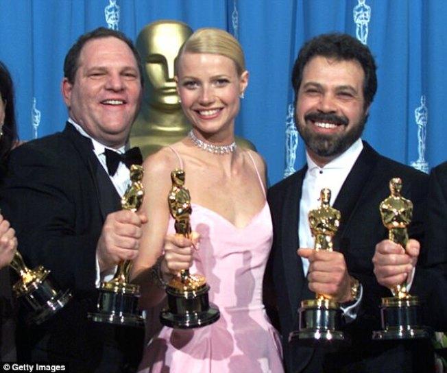 葛妮絲派特洛1999年奪奧斯卡獎影后,與製片人溫斯坦(左)等合影。(Getty Images)