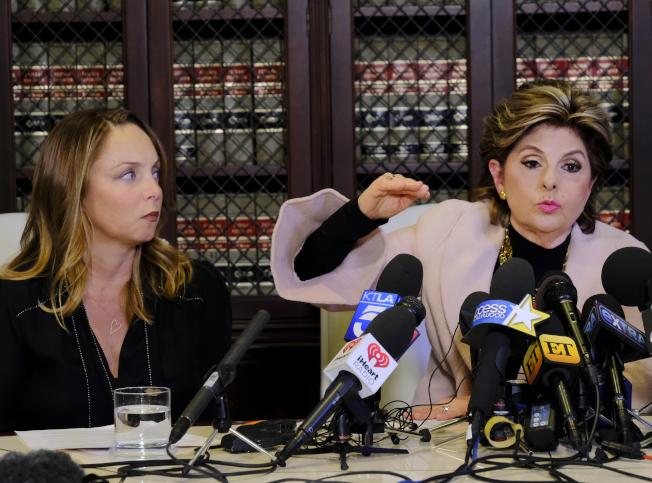 好萊塢女星兼編劇Louisette Geiss,10日在著名女權律師Gloria Allred陪同下,在洛杉磯舉行記者會,公開指控當年曾遭溫斯坦強暴。(路透)