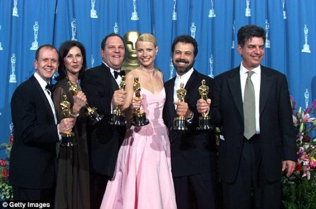 葛妮絲派特洛(右三)1999年奪奧斯卡獎影后,與製片人溫斯坦(左三)等合影。(Getty Images)