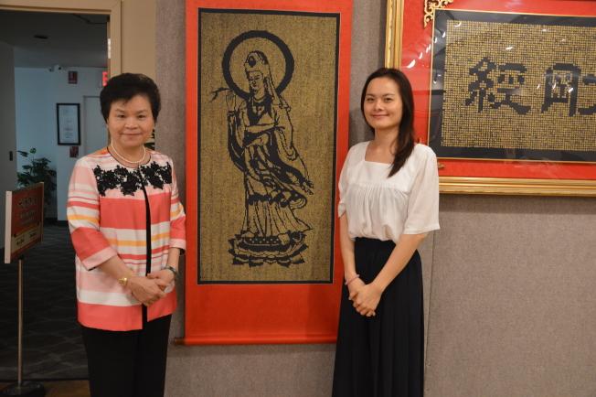 書法大家詹秀蓉和兒女共同創作觀音鏤空書法。(記者牟蘭/攝影)