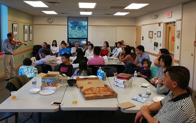 中秋佳節之際,大華府廈門大學校友會的40名校友及家屬歡聚在北維州麥克林,舉行閩南地區流行的「中秋博餅」。(廈大校友會提供)