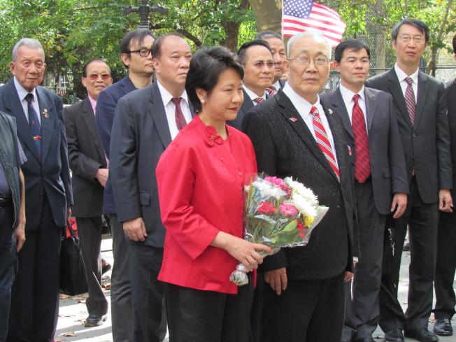 徐儷文(前排左一)與蕭貴源(前排左二)在國父銅像前獻花。(記者顏嘉瑩/攝影)
