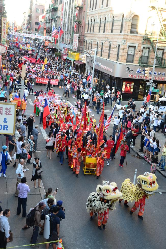 紐約僑界10日在華埠舉行慶祝中華民國106年雙十國慶遊行。(記者許振輝/攝影)