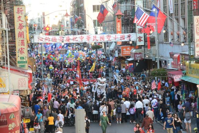 紐約僑界10日在華埠舉行慶祝中華民國106年雙十國慶遊行,勿街鑼鼓陣陣。(記者許振輝/攝影)