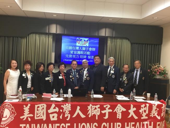 美國台灣人獅子會成員。右六為秘書長林文政,左四為美國台灣人獅子會成員吳美伶。(記者王若然/攝影)