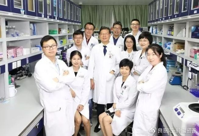 徐瑞華教授(左五)與研究團隊部分成員。(取材自微博)