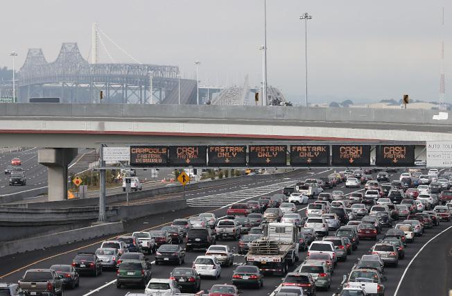 州長布朗簽署公投法案,由灣區選民決定是否調漲過橋費。(Getty Images)